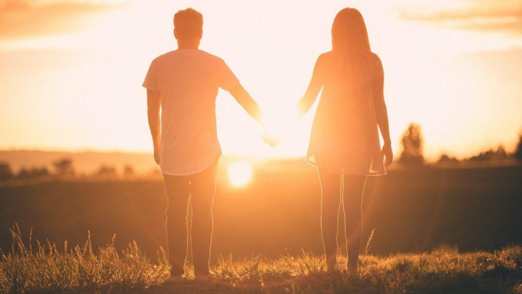 un couple appréciant le coucher du soleil